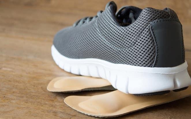 پوشیدن کفش طبی برای درمان خار پاشنه