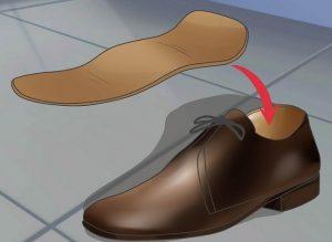 امتحان کردن کفش با استفاده از پای بزرگتر