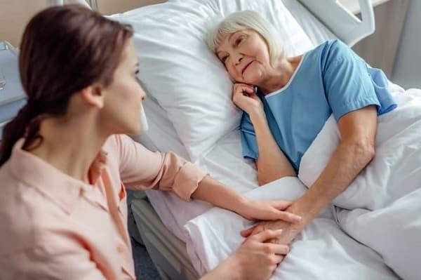 خانواده و مراقبان را در تغییر مکان آموزش دهید برای جلوگیری از زخم بستر